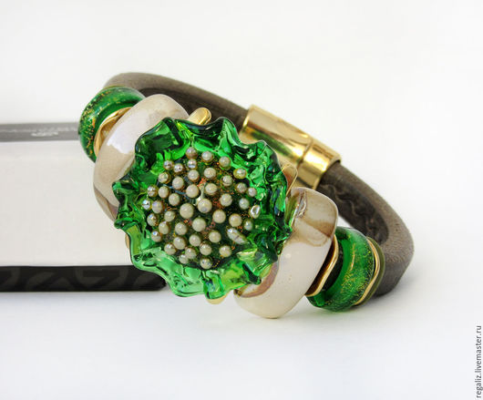"""Браслеты ручной работы. Ярмарка Мастеров - ручная работа. Купить Браслет  Regaliz """"Изумрудный цветок"""". Handmade. Зеленый, кожаный браслет"""