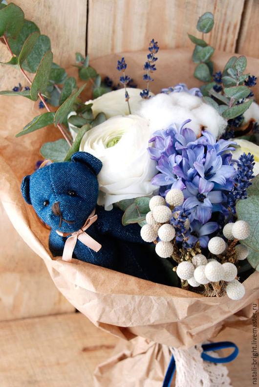 Бело-синий букет из живых цветов  Винтаж