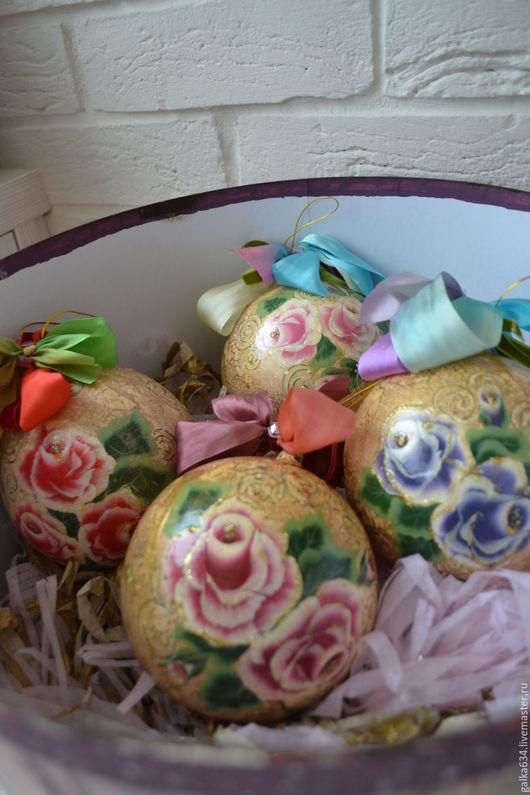 Набор Новогодних шаров в стиле `Шебби`. Шары стеклянные. 140мм в диаметре. Украшены лентами из натурального шелка. Ручная роспись каждого шара.  Упакованы в большую дизайнерскую коробку ручной работы.