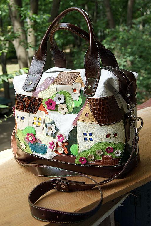 Отделка сумки темно-коричневая. Длинный ремень регулируется пряжкой.