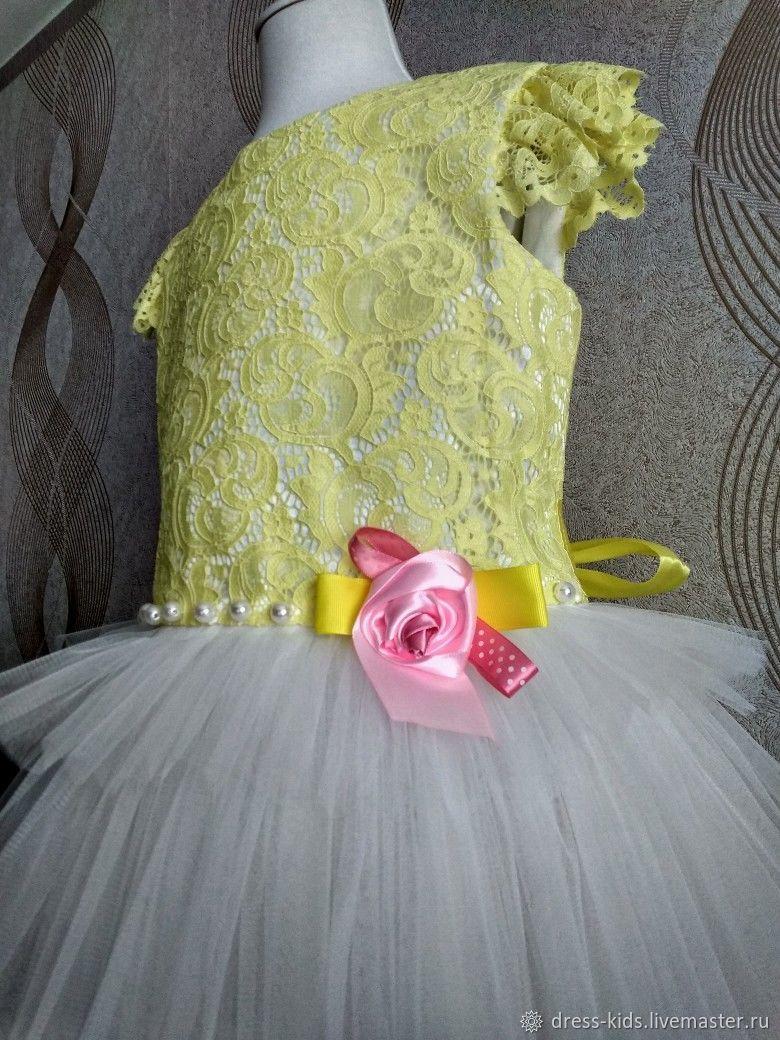 Нарядное платье с желтым кружевом и пышной юбочкой