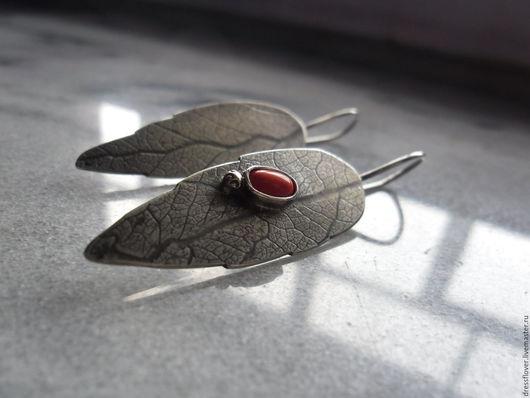 Ювелирное украшение - серьги из серебра в стиле минимализм.