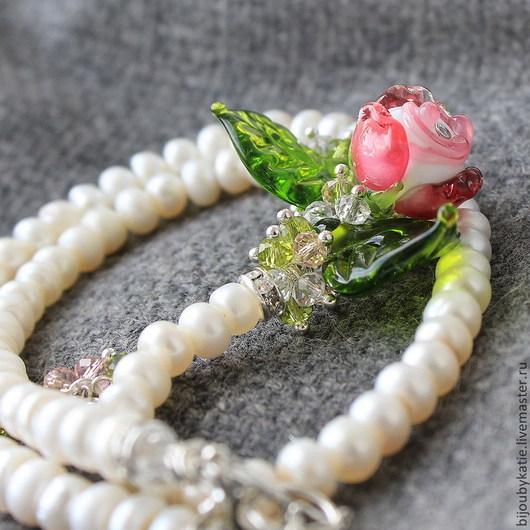 Очень нежное  и изысканное весеннее колье из пресноводного жемчуга и белой, рубиновой розы ручной работы. Колье натурального пресноводного жемчуга формы кукуруза с композицией из стеклянных бусин рон