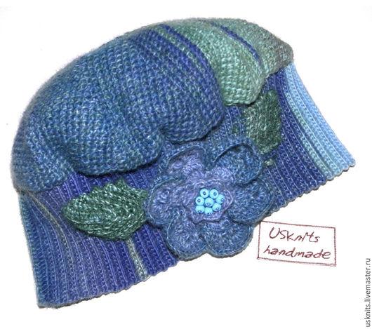 Вязаная шапка с цветком в русском стиле выполнена  из пряжи, в состав которой входит дралон.