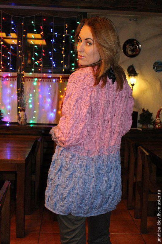 Модное вязаное пальто с крупными жгутами.
