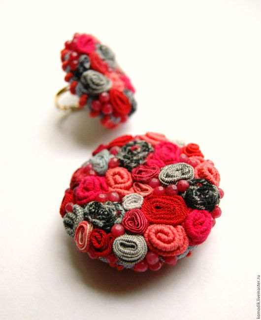 брошь и кольцо `Кораллово-красная с серым`