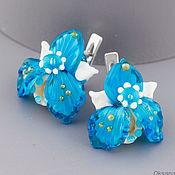 Серьги английский замок, сережки Голубые орхидеи из стекла. Лэмпворк
