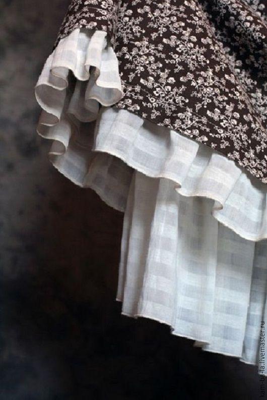 Юбка в стиле бохо - двойная. Верхняя - из цветного натурального льна, нижняя из банкой белоснежной батистовой ткани.