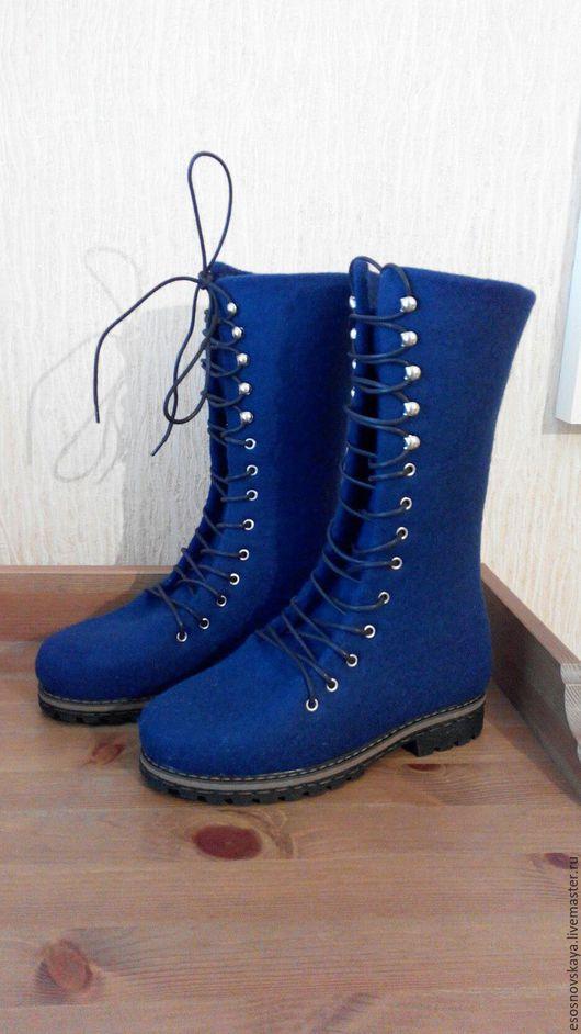 Удобные войлочные  ботинки из натуральной овечьей шерсти, синего цвета. Сваляны вручную, по индивидуальным размерам, подошва ТЭП , проклеена и прошита. Ноге в такой обуви очень комфортно и тепло.