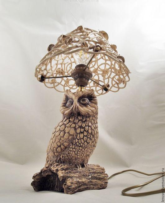 Керамическая настольная лампа `Сова`. Абажур выполнен в авторской технике плетеной керамики.