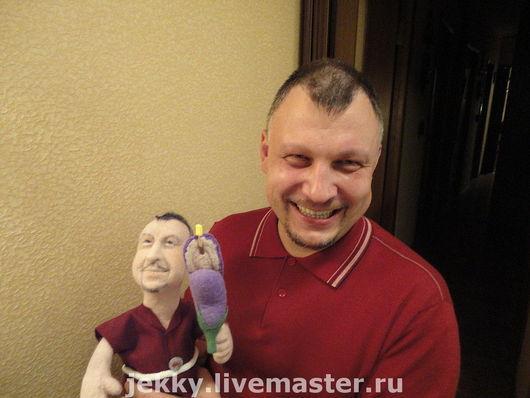 После вручения куклы. Герой был доволен.