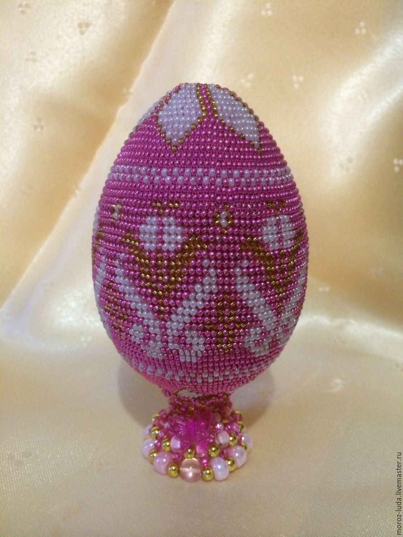 пасхальное большое яйцо, розовое с орнаментом на деревянной заготовке из чешского бисера