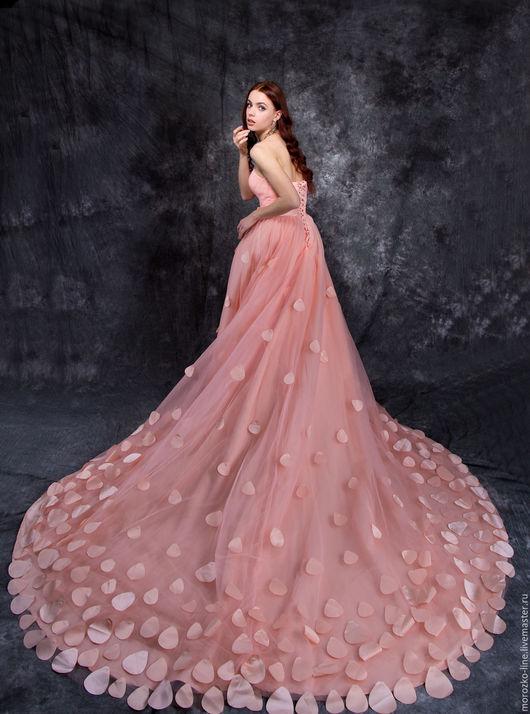 Платья ручной работы. Ярмарка Мастеров - ручная работа. Купить Платье с лепестками и шлейфом. Handmade. Кремовый, атлас