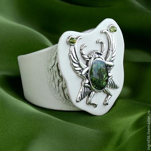 Авторский браслет из натуральной кожи Скарабей, украшения из кожи, браслет из кожи, кожаный браслет, браслет на металлической основе, белый браслет, светлый браслет из кожи, оригинальный браслет, кожа