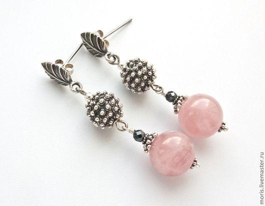 Серебряные серьги с розовыми камнями. Серьги с розовым кварцем из серебра Серьги из серебра и розового кварца. Розовые серьги из серебра.