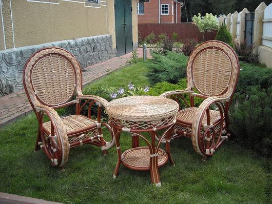 Плетеные изделия создадут уют в вашем доме!  Набор из двух кресел и журнального столика.Мебель для дачи, загородного дома или квартиры.
