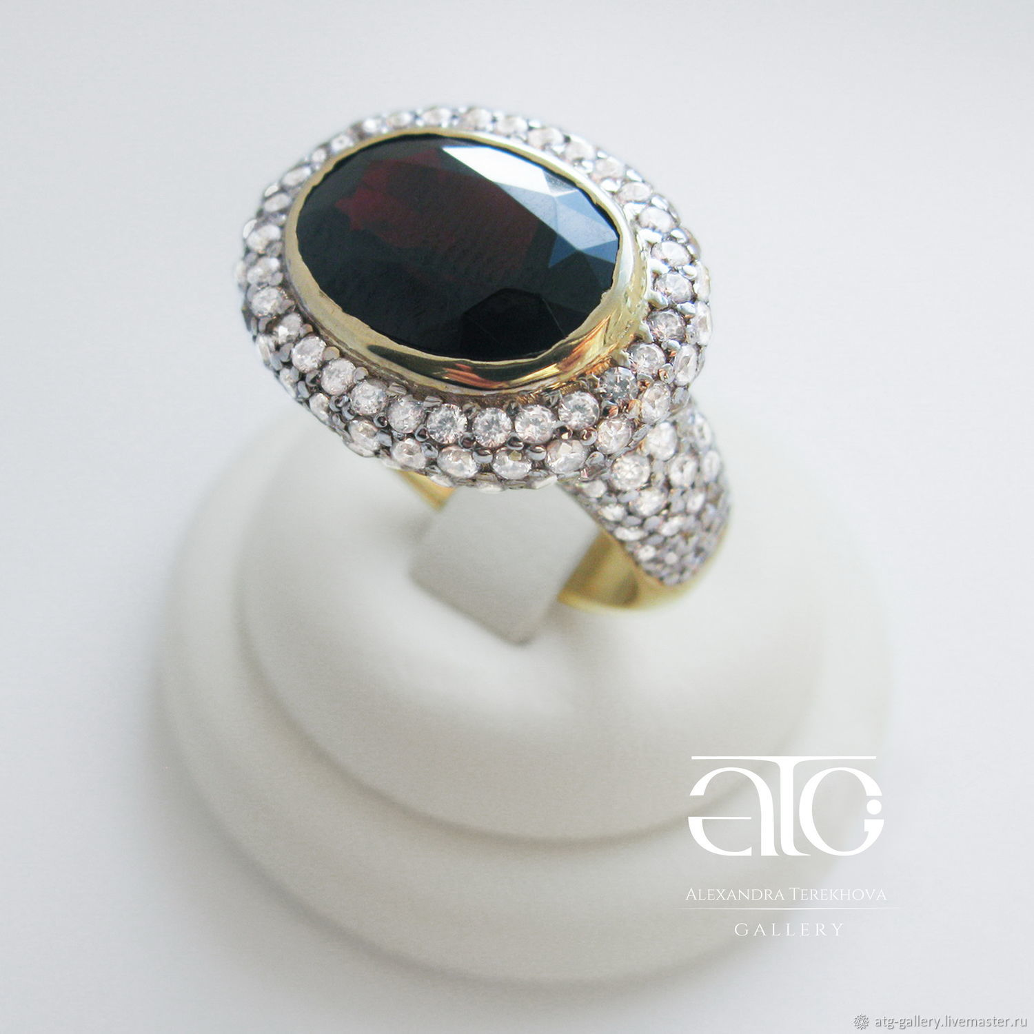 Made to order. Luxurious gold ring with a large garnet!