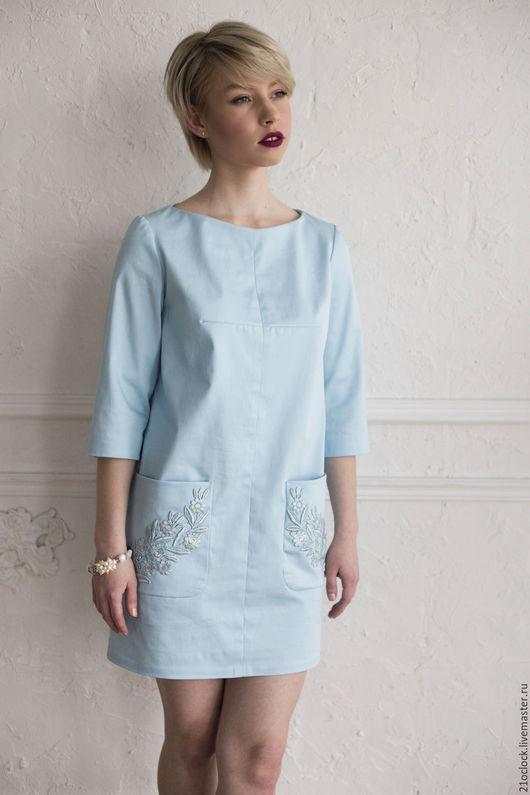 Для любого торжества (выпускной, свадьба, посиделки в кафе без повода:) отличным выбором станет элегантное голубое платье классического кроя с очаровательным кружевом на карманах.
