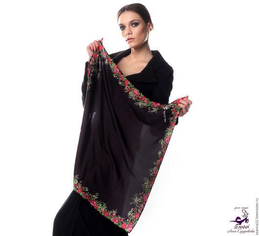 Дизайнер Анна Сердюкова (Дом Моды SEANNA).  Шифоновый платок с авторским принтом `Чёрный в цветочной рамке`. Размер платка - 75х75 см.  Цена - 2900 руб.