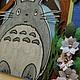 Детская открытка `В гостях у Тоторо`. Тоторо нарисован и раскрашен вручную акварельными карандашами. Цветы также выполнены вручную.