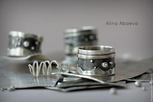 довольно классическое кольцо из серебра с маленьким прозрачным фианитом.