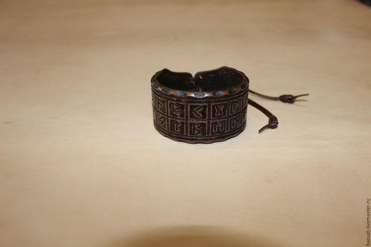 Браслеты ручной работы. Ярмарка Мастеров - ручная работа. Купить Кожаный браслет с руническим алфавитом Футарк.. Handmade. Коричневый