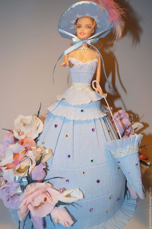 Прекрасный подарок для девочки (девочки, женщины) 3 в 1. Кукла, одежда куклы, конфеты.  Кукла одета в шикарное платье, шляпку, в руках держит зонтик.