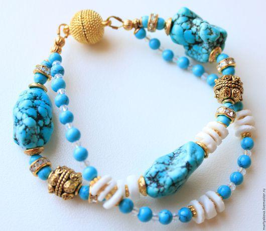 Стильное украшение на руку – двурядный браслет из натуральных камней и фурнитуры цвета «античное золото», которая придает браслету винтажный вид и легкий привкус востока.