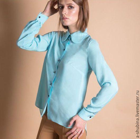 Блузка классического покроя с оригинальным круглым воротником, выполненным в ретро стиле. По спинке небольшие драпировки. Манжеты имитируют запонки.