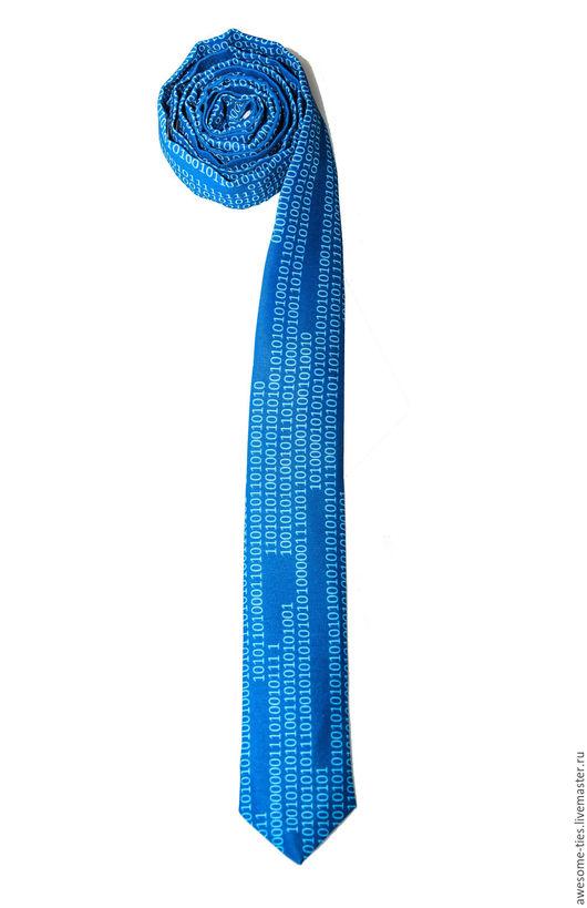 тонкий галстук. синий галстук. яркий и смешной, вот он какой!