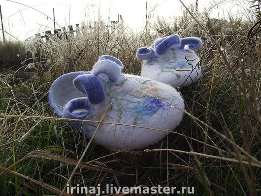 """Обувь ручной работы. Ярмарка Мастеров - ручная работа. Купить валяные тапочки """"Утро в деревне"""". Handmade. Домашние тапочки, голубой"""