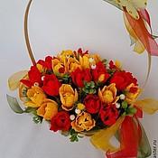"""Букеты ручной работы. Ярмарка Мастеров - ручная работа Корзина тюльпанов с конфетами """"Весенние цветы"""". Handmade."""