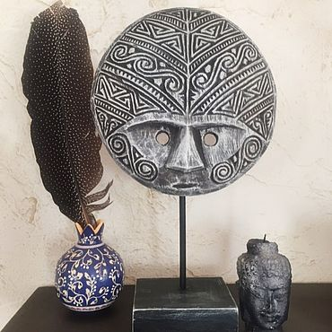 Для дома и интерьера ручной работы. Ярмарка Мастеров - ручная работа Маска Тимора круглая серая на подставке. Handmade.