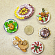 Миниатюра еды 1:12 сделана из полимерной запекаемой глины Fimo. Курица-гриль на листиках салата. Для сравнения размера - рядом монетка 10 рублей