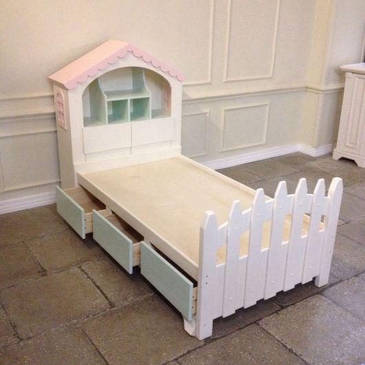 Детская кроватка в светлых молочных тонах для сладких снов ребенка. Выполнена из двух частей: Первая - сама кровать с изножьем. Вторая-шкаф-домик, служит изголовьем.