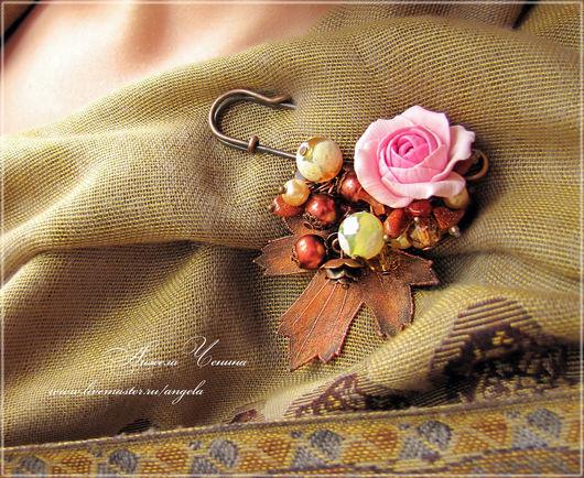 Брошь для шарфа с цветком розы и омедненным листом йошты.  Необычная брошь для шарфа.