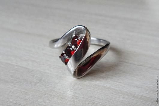 """Кольца ручной работы. Ярмарка Мастеров - ручная работа. Купить Серебряное кольцо """"Три камня"""" с натуральным  гранатом. Handmade."""