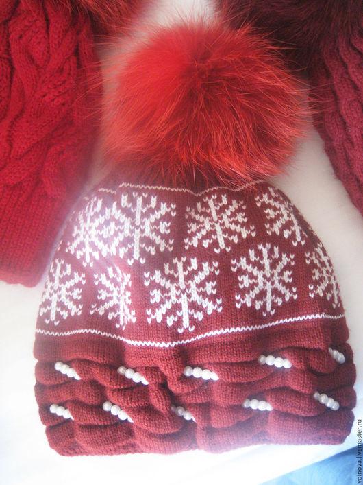 помимо орнамента, эта шапочка украшена бусинами под жемчуг.