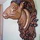 Скульптура головы барана на резной деревянной подложке из ореха .