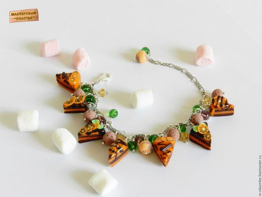 Аппетитные кусочки шоколадного и апельсинового тортов, украшенные листочками, палочками корицы и дольками апельсина.