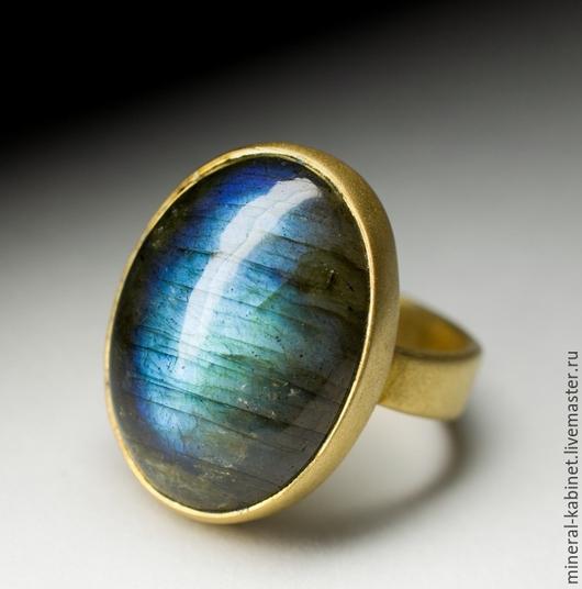 Серебряное кольцо с натуральным природным лабрадором в оправе из серебра 925 пробы с позолотой 585пробы и матированием, размер вставки камня около 8 х 15 х 21 мм, размер вставки камня около 8х15х21 мм