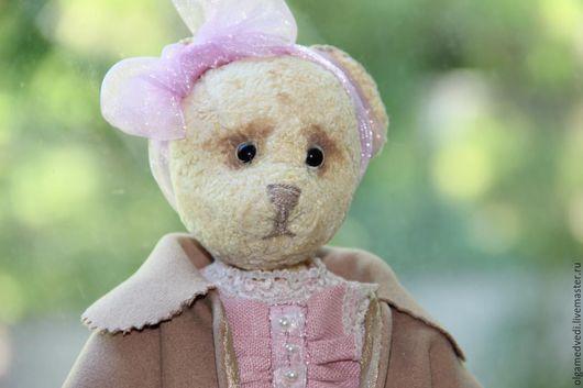 Тедди мишка Мишель,рост 28 см,сшита из состаренного плюша,набита опилочками,утяжелена минеральным гранулятом,платье из льна,оттделано кружевом,пальто-кашемир,сумочка-атлас с ручкой из дерева,ботиночки