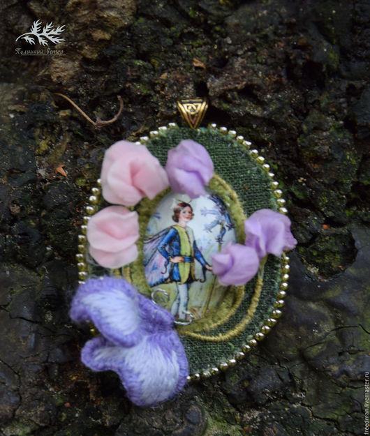 1.Кулон с мотыльком и цветами душистого горошка.