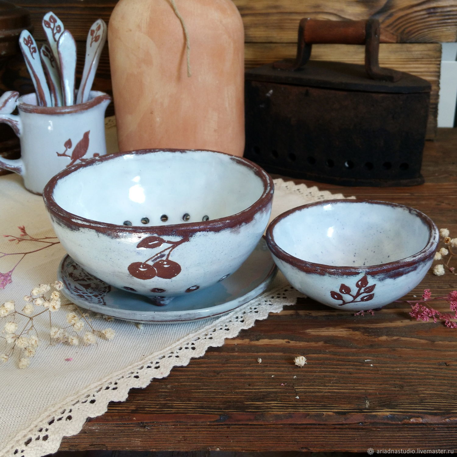 A set of ceramic bowls for the fruit, the series `Provence Vintage, handmade.