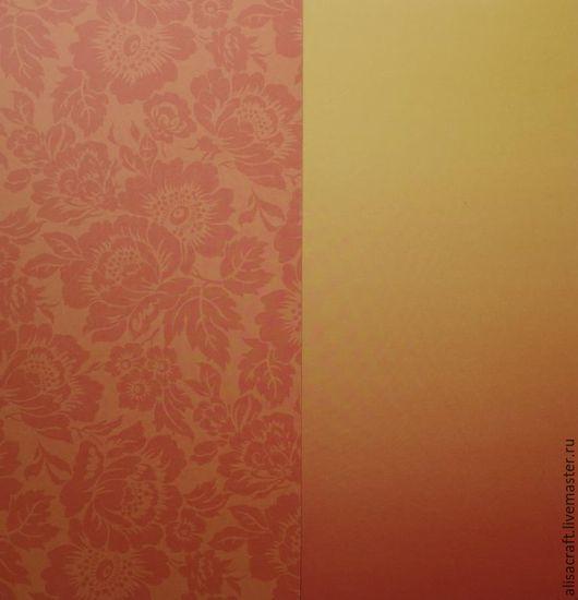 Два листа бумаги из набора: с рисунком (цветы) и фоновая (в оранжевых тонах).  Фоновая бумага имеет плавный переход: от светлого к более темному, но оба цвета подходят к рисунку (цветы).
