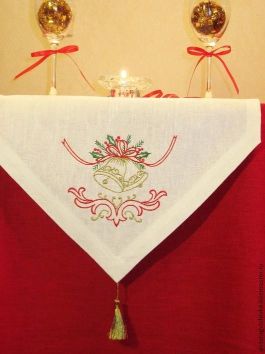 Дорожка вышитая на стол РОЖДЕСТВЕНСКИЕ КОЛОКОЛЬЧИКИ - прекрасный подарок  на Рождество, подарок на Новый год, , а также стильное украшение новогоднего интерьера.