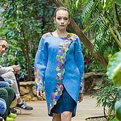голубое пальто с цветами.