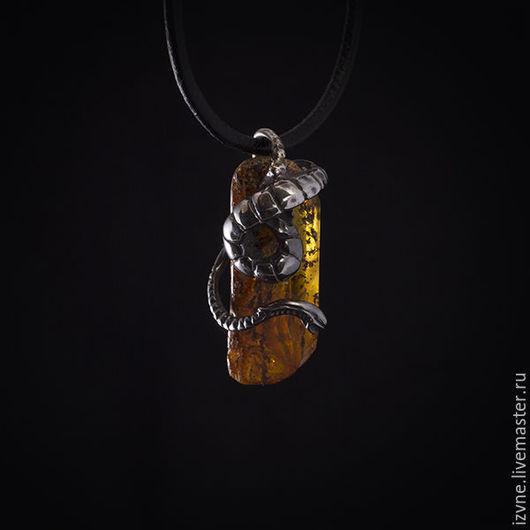 Подвеска `Из Бездны`, серебро и янтарь, автор - Прасковья Власова