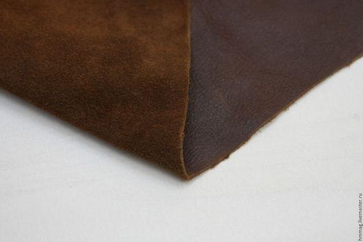 Натуральная Итальянская кожа и замша коричневого цвета (цвет на фотографии может немного отличатся от реальности из-за настроек вашего компьютера). Толщина этой кожи 1 мм.