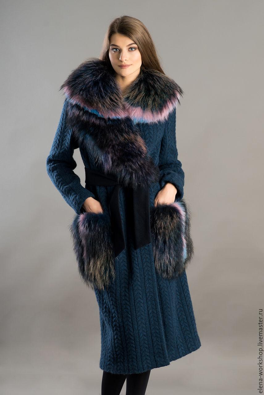 Пальто из шерстяного трикотажа `косы`. Воротник и карманы из меха енота цвета `мультиколор` и цветного меха песца. Пояс из кашемира. Длина 120 см. РАЗМЕР: 46-48  Без подклада.